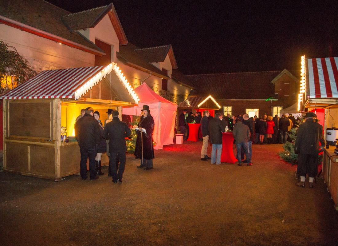 Hell beleuchtete Hütten mit weihnachtlicher Deko