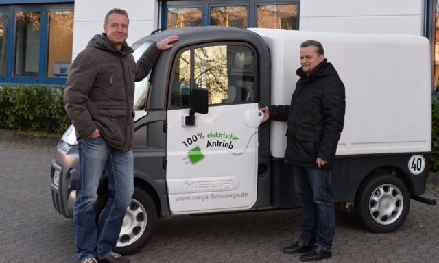 Oliver Sticht (ISEKI-Marketingleiter, stehend) und Thomas Rehmann (ISEKI Kundendienst) möchten gemeinnützige Organisationen mobiler machen.