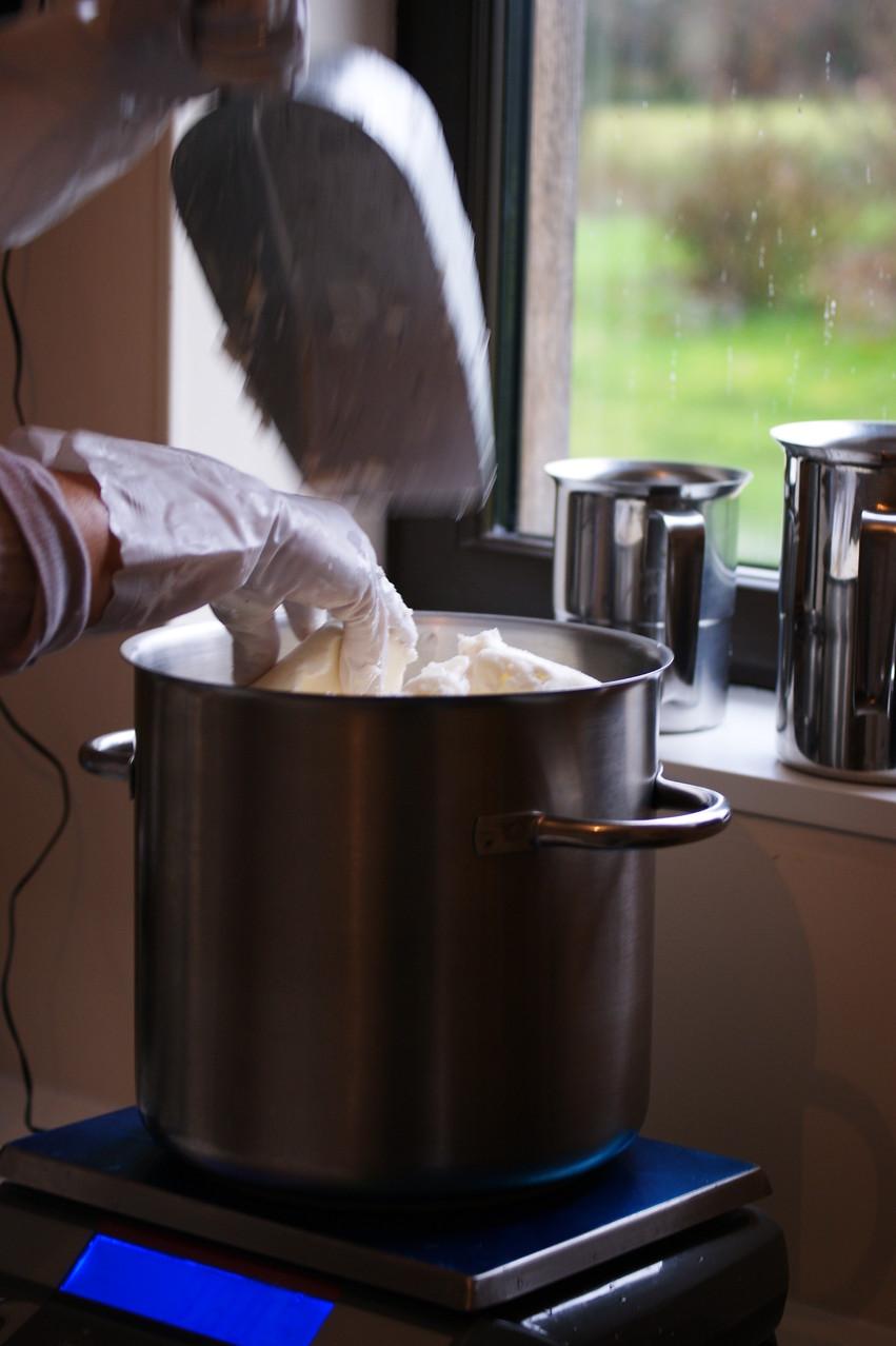La pesée des beurres de karité et beurres de coco.