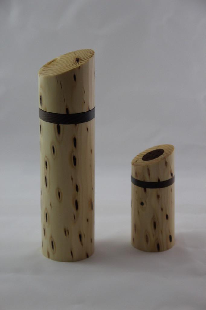 Pfeffermühle u. Salzsträuer aus Fichte mit einschlüssen D/60mm H/230mm