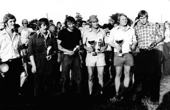 Foto: ACC Kirchwistedt - Siegerehrung beim Stoppelfeldslalom in Hellingst in den 70-ern