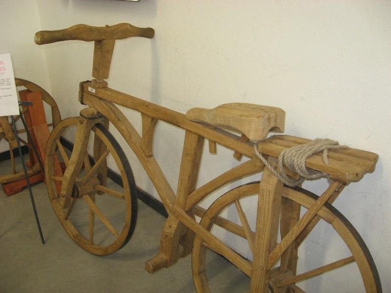 O štai tokiais dviračiais senovėje žmonės važinėjo...