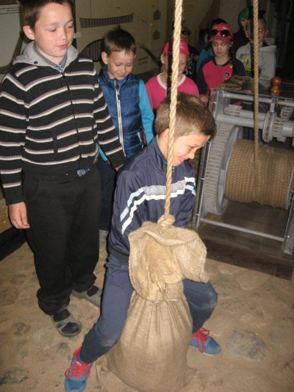 Bandymai pakelti inkaro svorio maišą.