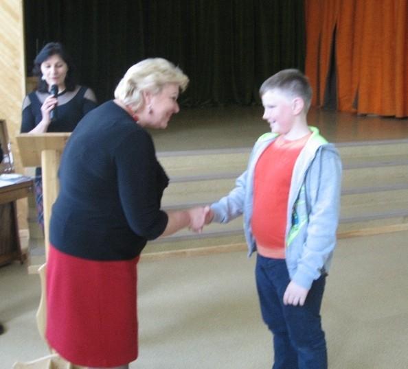 Gimnazijos direktorė apdovanoja Nojų