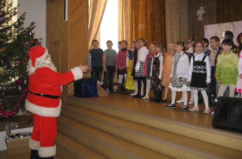 Mūsų chorui diriguoja ir pritaria pats Kalėdų senelis!:-)