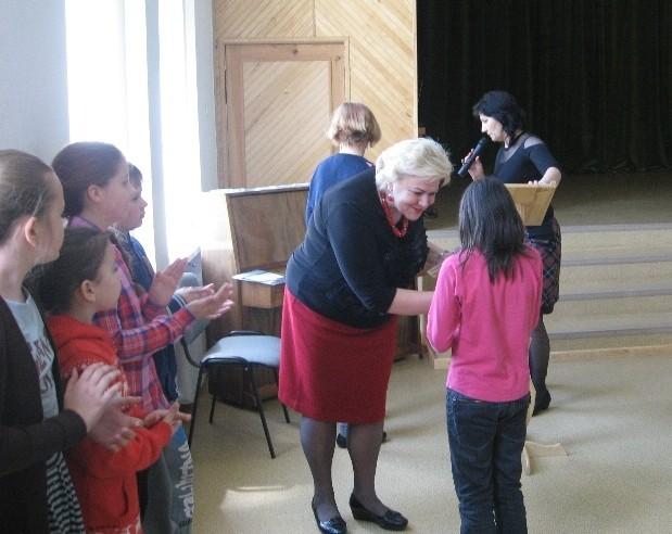 Gimnazijos direktorė apdovanoja Dagnę