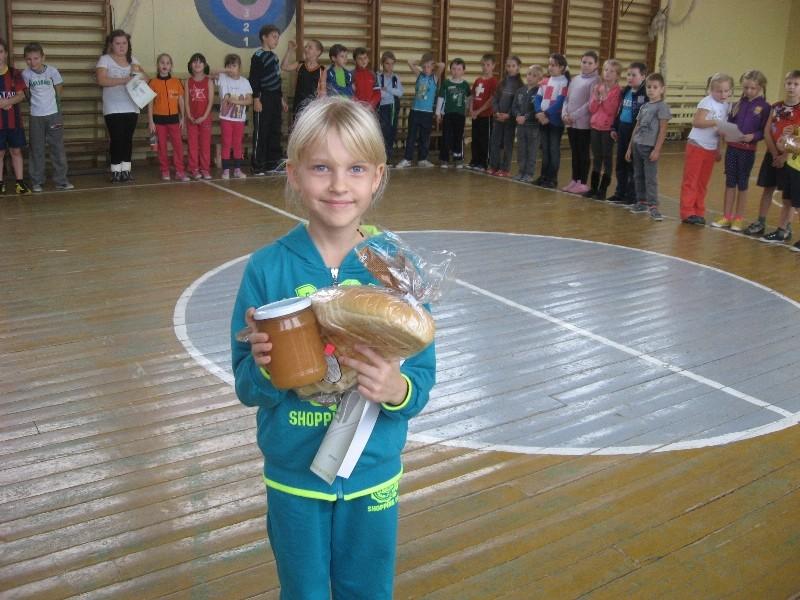 Klasės seniūnė Beata su padėkos raštu ir sočiomis dovanomis visai klasei.