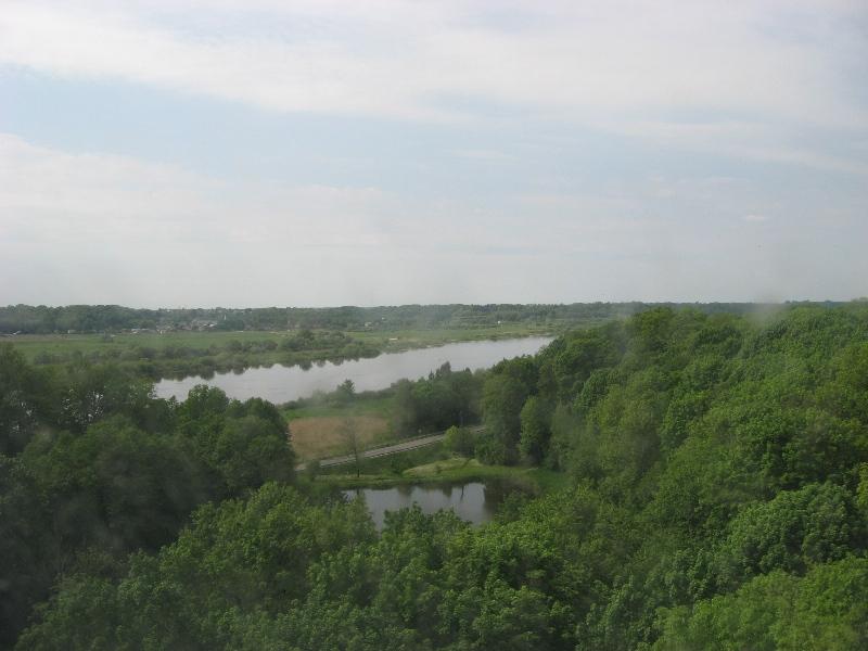 Vaizdas pro Panemunės pilies bokšto langelį.