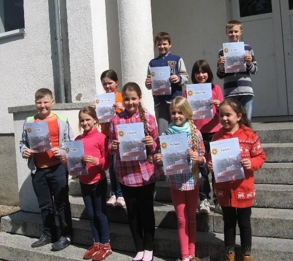 Piešinių konkurso priešgaisrine tema dalyviai ir diplomantės Aušrinė ir Dagnė