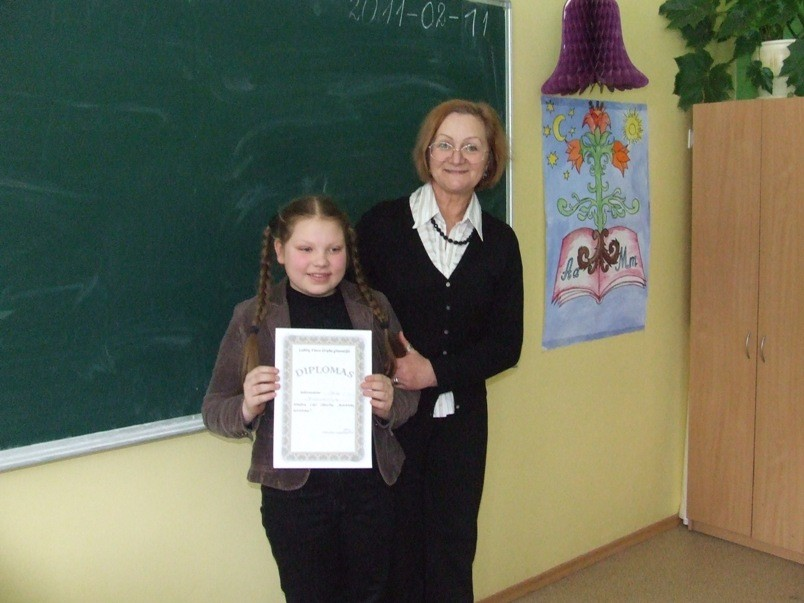 Direktorės pavaduotoja Irena Lukšienė ir ketvirtokų ketvirtokė Ieva