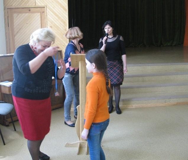 Gimnazijos direktorė apdovanoja Aušrinę