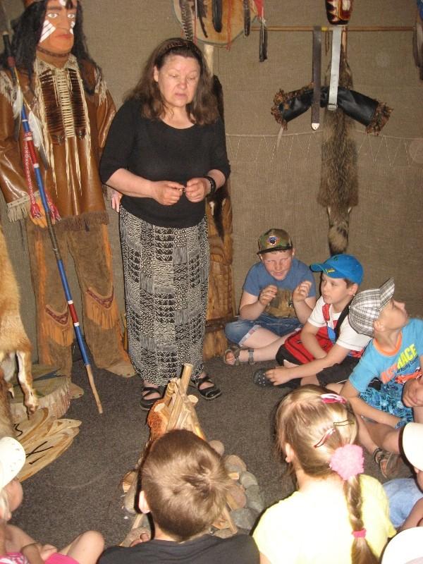 """Kelmės krašto muziejuje edukacinis užsiėmimas """"Indėnų buitis ir žaidimai"""". Vigvame."""