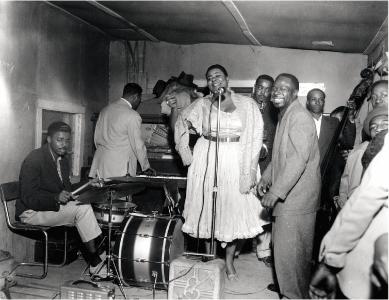 """Big Maybelle in einer Juke Joint, 1953. Man beachte die """"Gesangs-PA"""""""