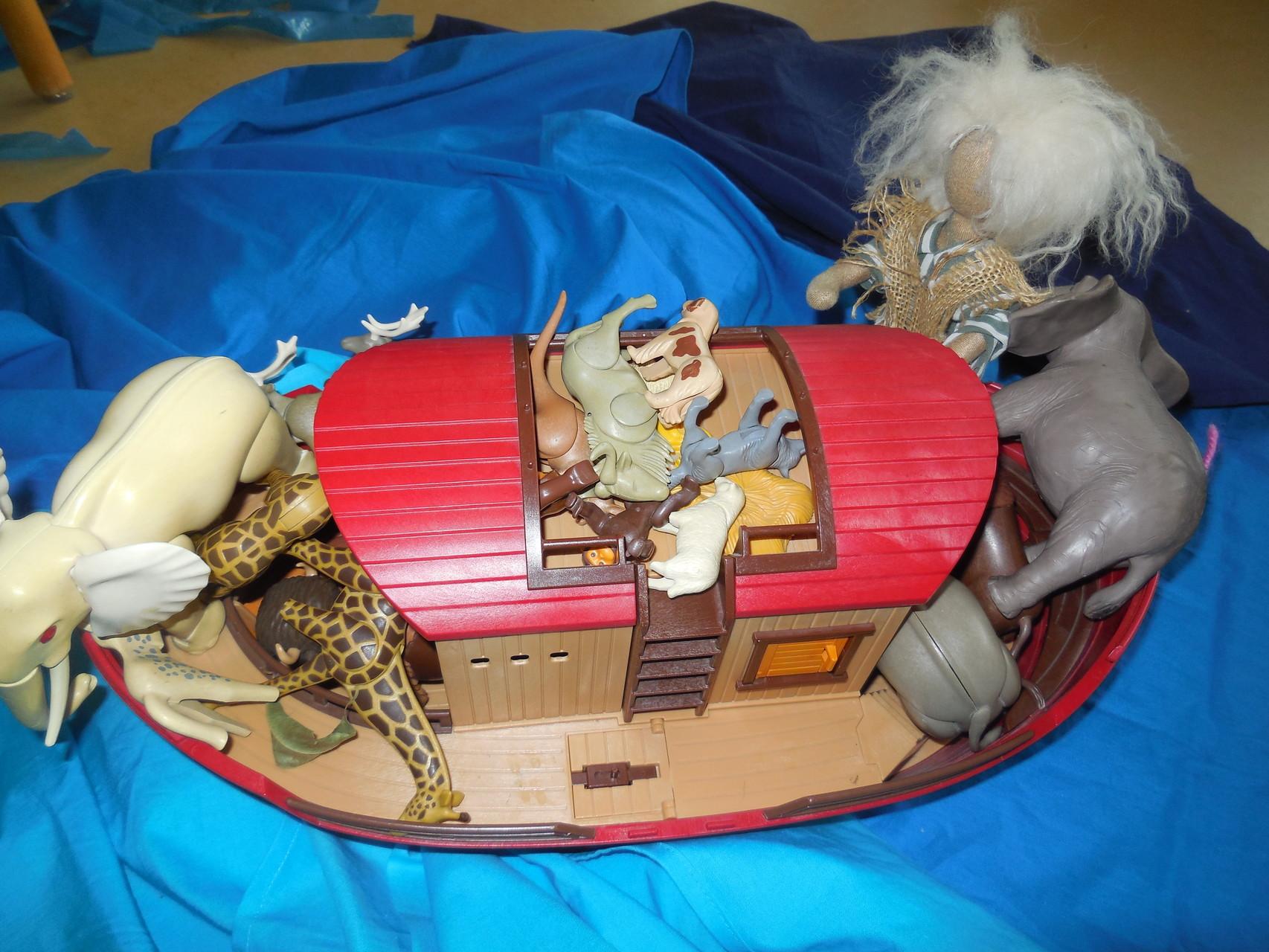 Schnell brachte Noach alle Tiere auf die Arche.