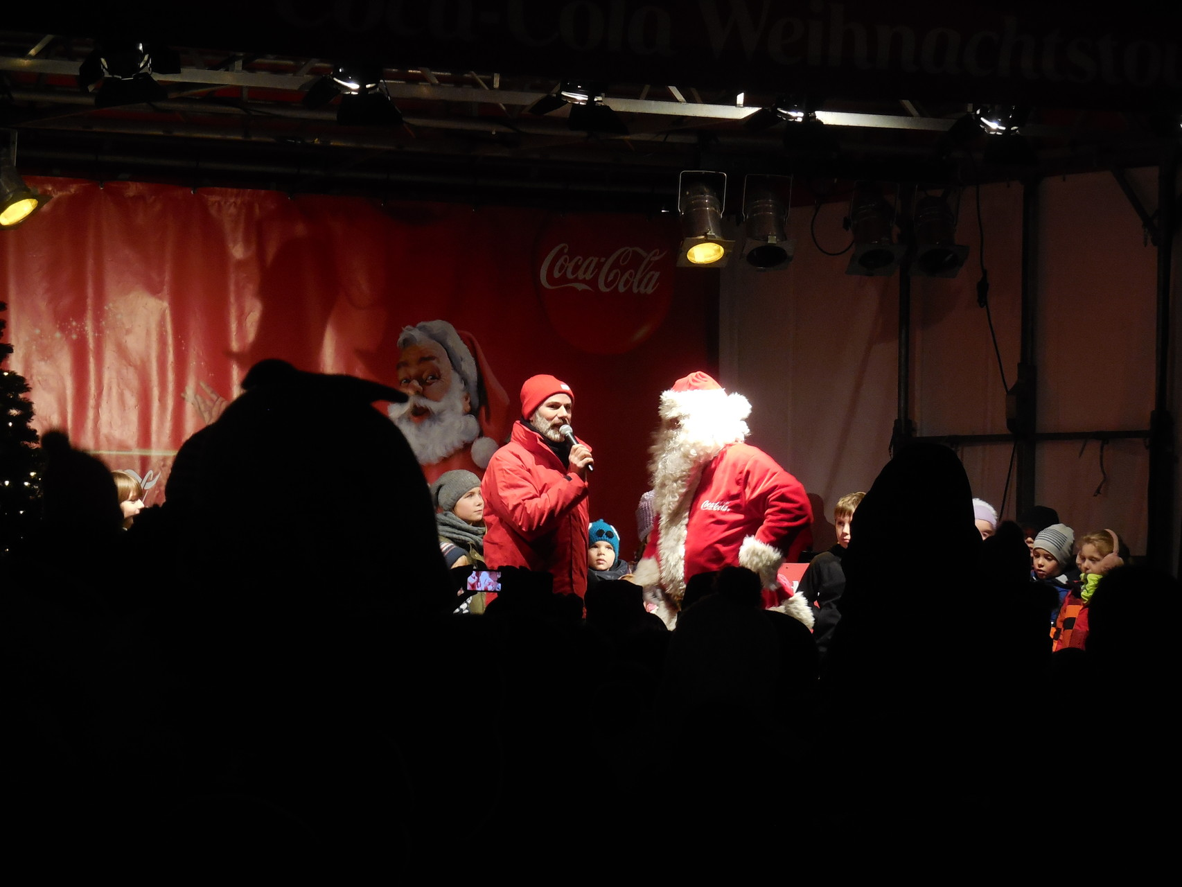 Auf der Bühne erscheint der Weihnachtsmann.