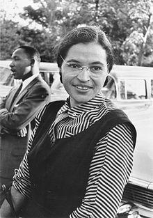 Rosa Parks, ca. 1955. Im Hintergrund Martin Luther King (c) gemeinfrei