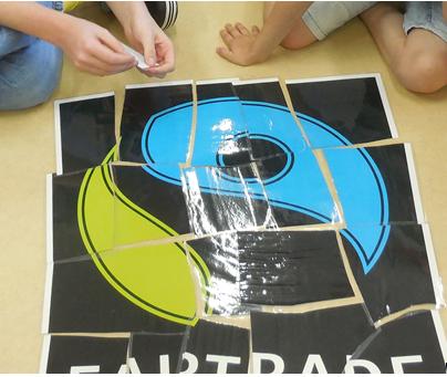 Das Fair Trade Logo puzzeln macht im Team am meisten Spaß.