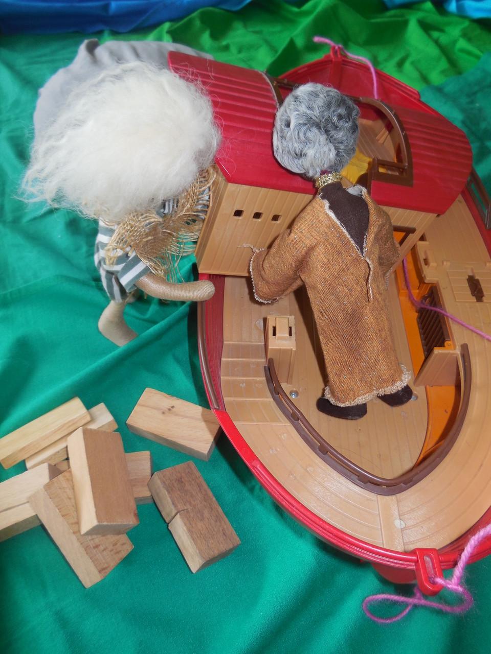 Noach und seine Familie bauten ein großes Schiff.