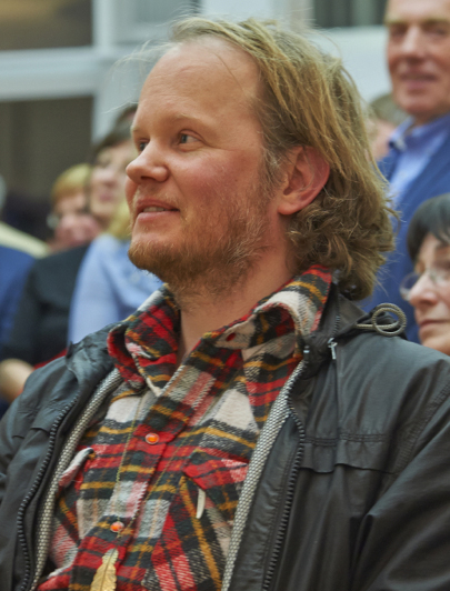 """Egill Sæbjörnsson 2014 bei der Einweihung seiner Lichtkunstinstallation """"Kaskade"""" im Kunstmuseum Ahlen. Foto: Hubert Kemper, Ahlen"""