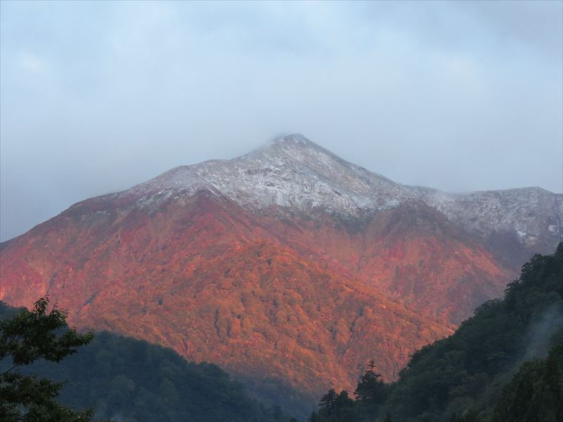 山の火を消すかのような白い雪