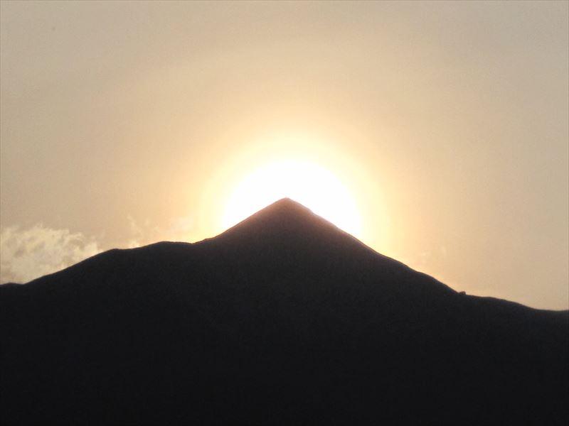7月中旬、ちょうど大朝日岳山頂に陽が沈む神々しい姿!