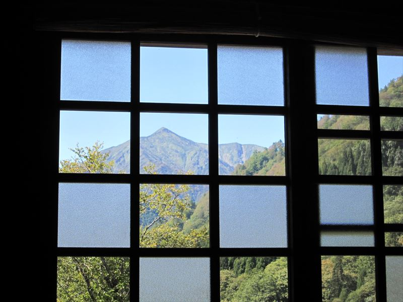 窓から見える大朝日岳も夏モード