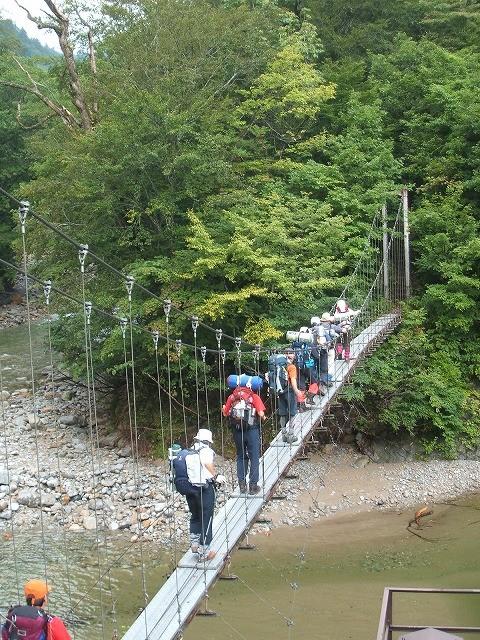 朝日鉱泉下のつり橋。ここから本格的な登山になります