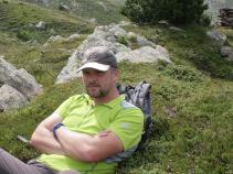 Bergwanderführer entspannt