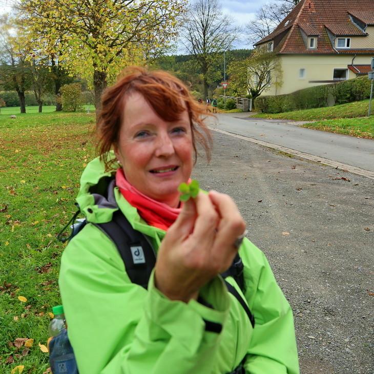 Bärbel mit einem 5-blättrigen Kleeblatt (wie macht sie das bloß immer?!) :-)