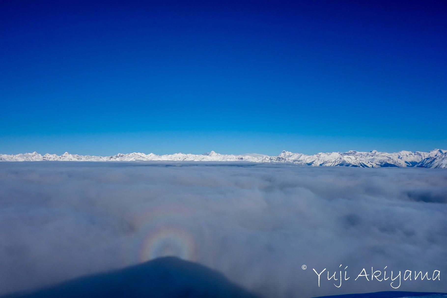 稜線に上がると雲海が足の下、向こうに見えるのはカナディアンロッキー