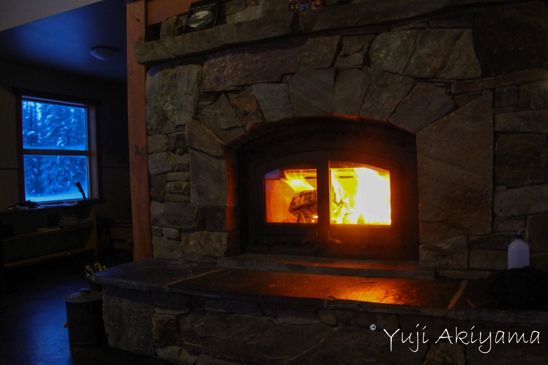 薪暖炉を見ながら夜がすぎる