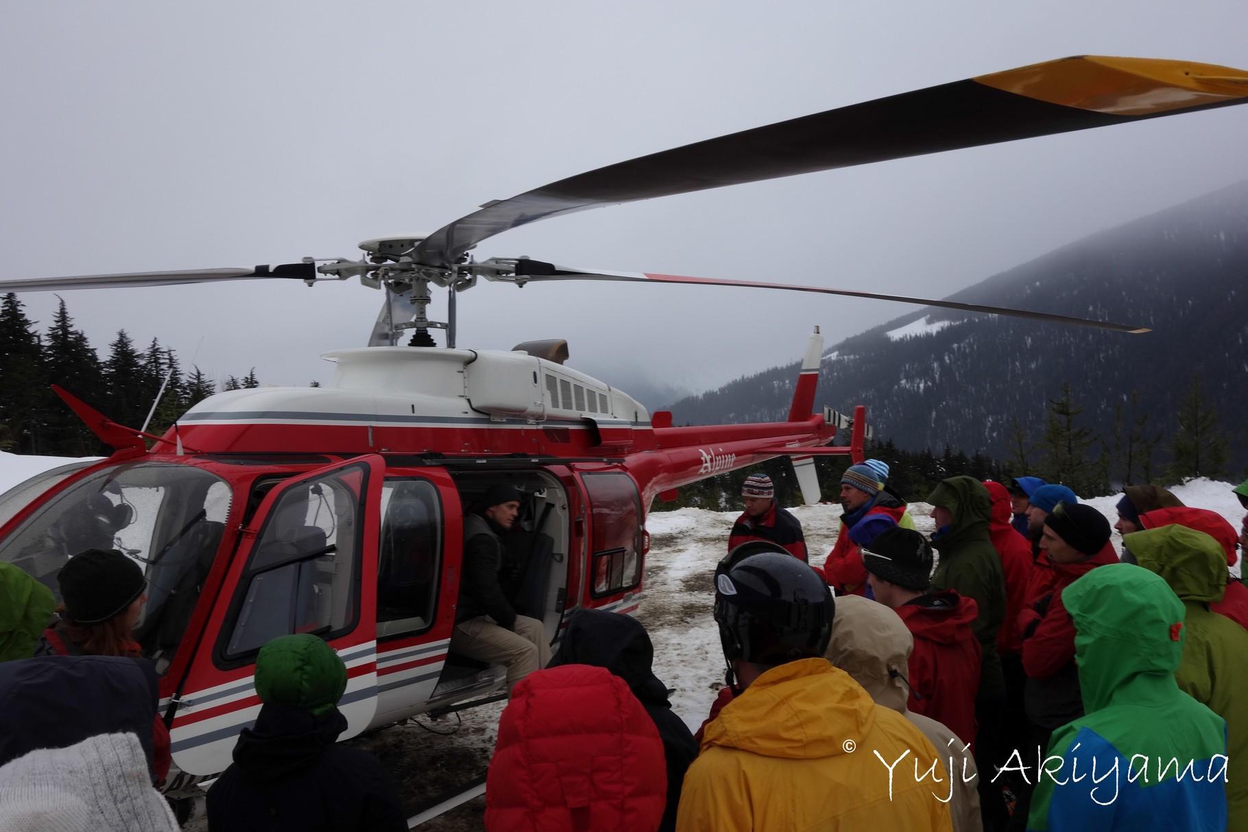 ヘリ入山前、パイロットからの安全レクチャー