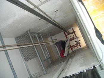 ... im Schlauchturm, der mit einer automatischen Schlauchholvorrichtung ausgestattet ist, zum Trocknen aufgehängt.