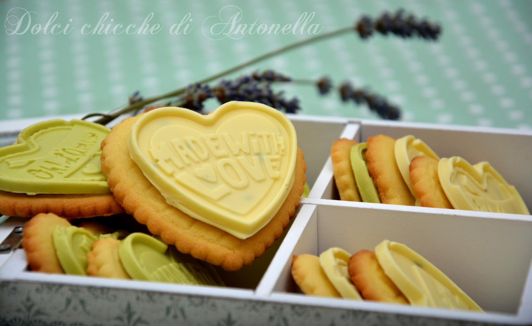Biscotti con cioccolato bianco e lavanda, cioccolato bianco e pistacchio