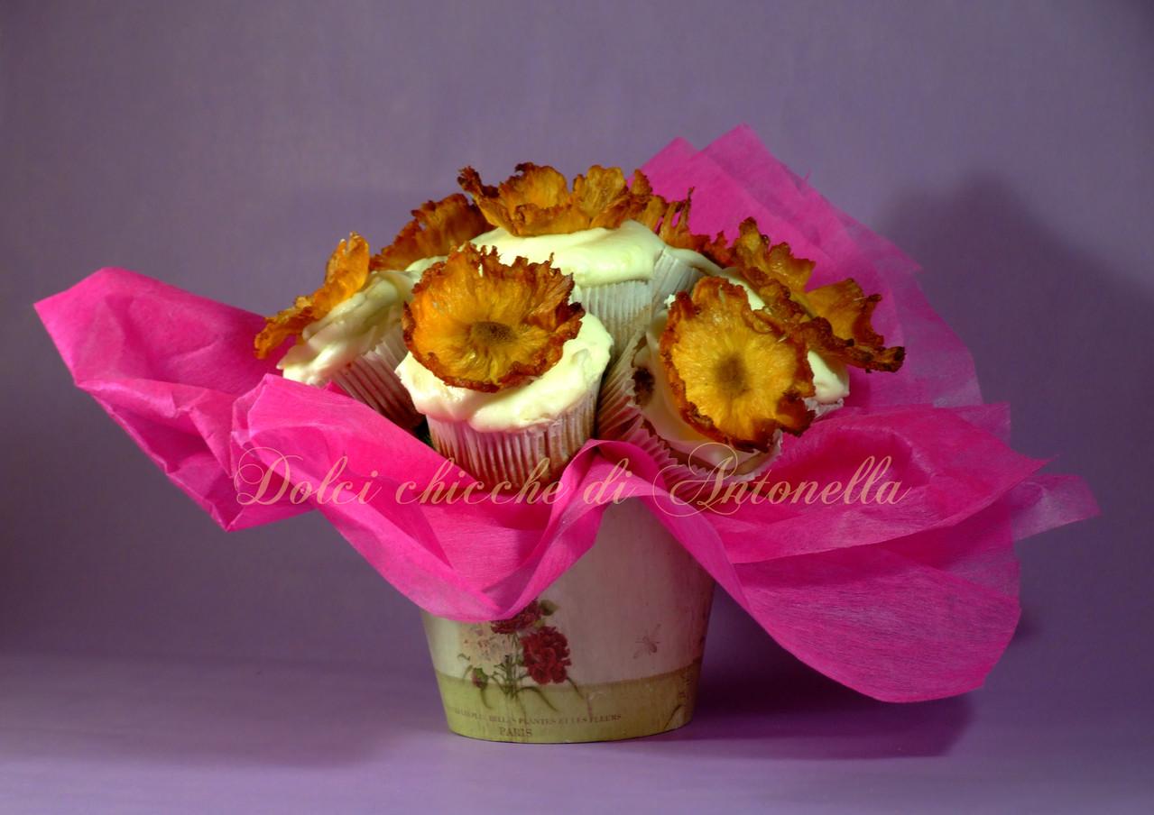 Bouquet fiorito: Cupcakes alle castagne con farcitura interna al cioccolato fondente e frosting superiore al cioccolato bianco. Fiori homemade.