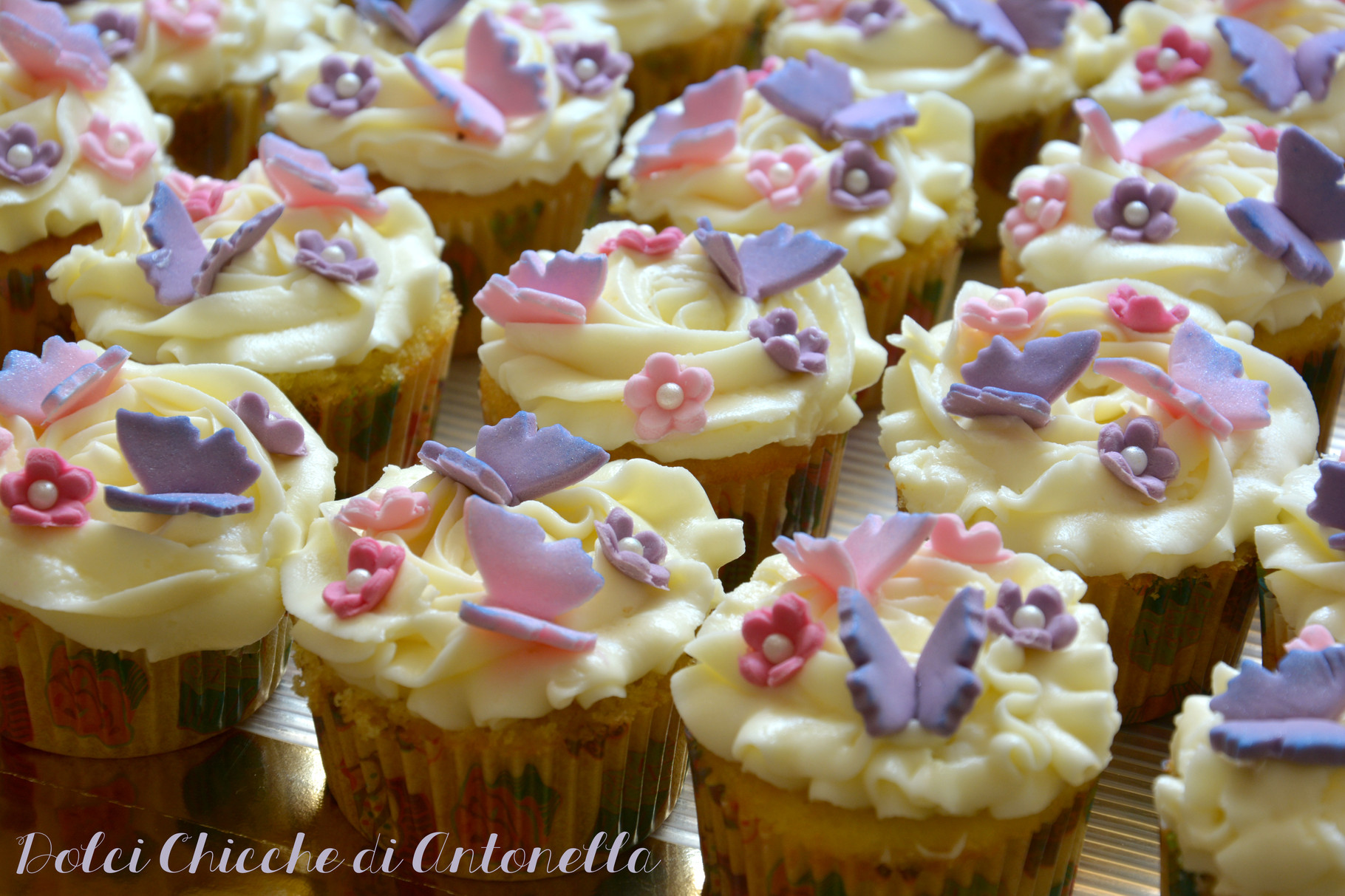 Cupcakes Battesimo Viola, alla vaniglia con decorazioni in pasta di zucchero