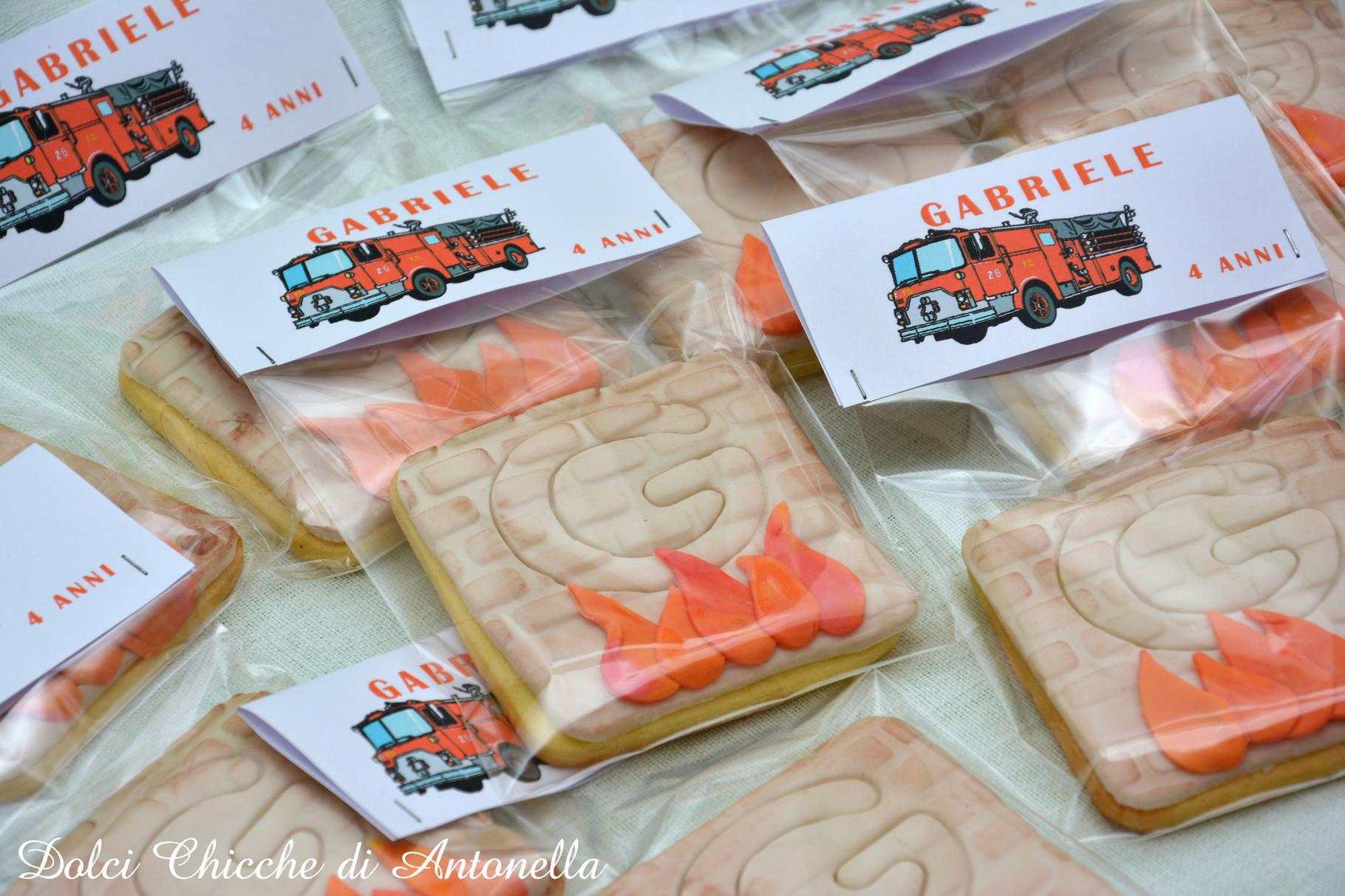 Biscotti personalizzati in abbinamento a torta e cakepops a tema pompieri