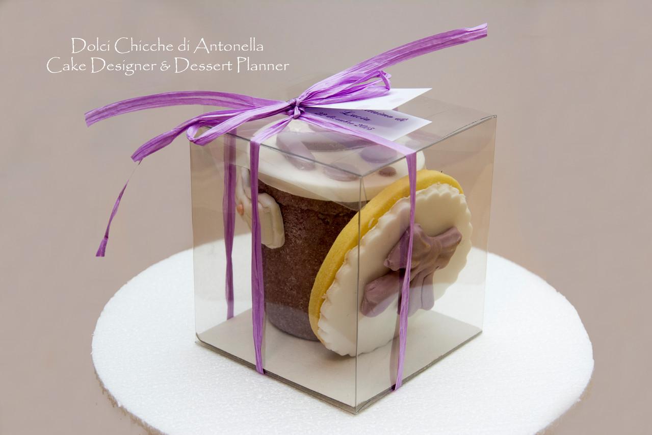 Bomboniere di zucchero come contenitori di confetti abbinati a biscotti di frolla decorati in pasta di zucchero