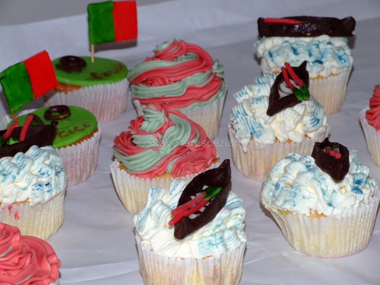 Queste cupcakes alla vaniglia, sono state realizzate per festeggiare gli equipaggiamenti della Borgata di Lerici per il Palio del Golfo di La Spezia. Su alcune sono state riprodotte con cioccolato plastico, le barche con remi, adagiate su un mare azzurrin