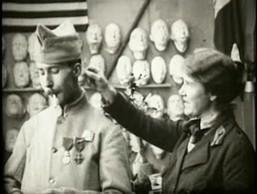 En 1918, un cinéaste filme le travail d'Anna Coleman Ladd dans son atelier parisien