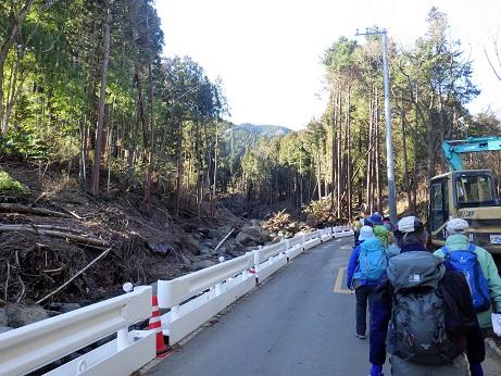 昨秋の台風被害の沢沿いの県道