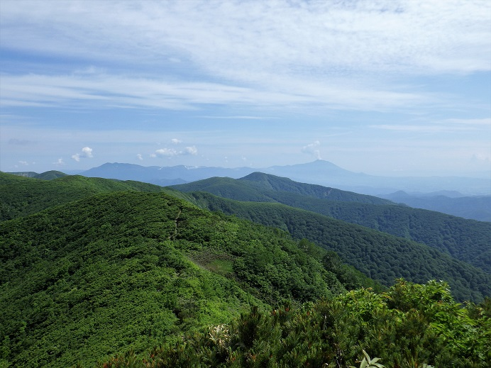 遠く秋田駒ヶ岳から岩手山