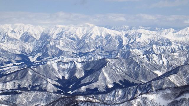 手前は日白山の稜線でその先に荒沢山と足拍子岳 更に大源太山