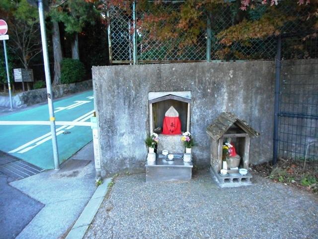 記念碑過ぎ8・25右に入りやがて六甲ゴルフ場へ