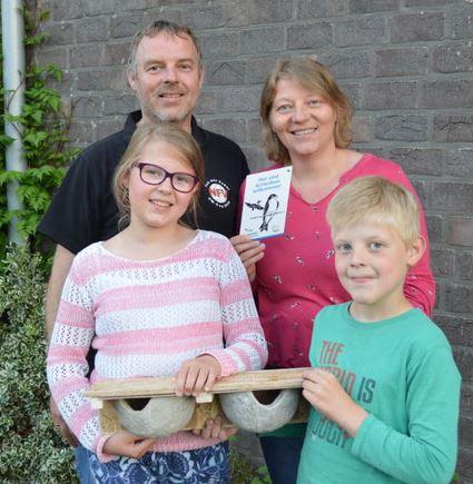 Familie Tanja & Ludger Rolfes, Lohne, bringt Mehlschwalben-Nisthilfe an
