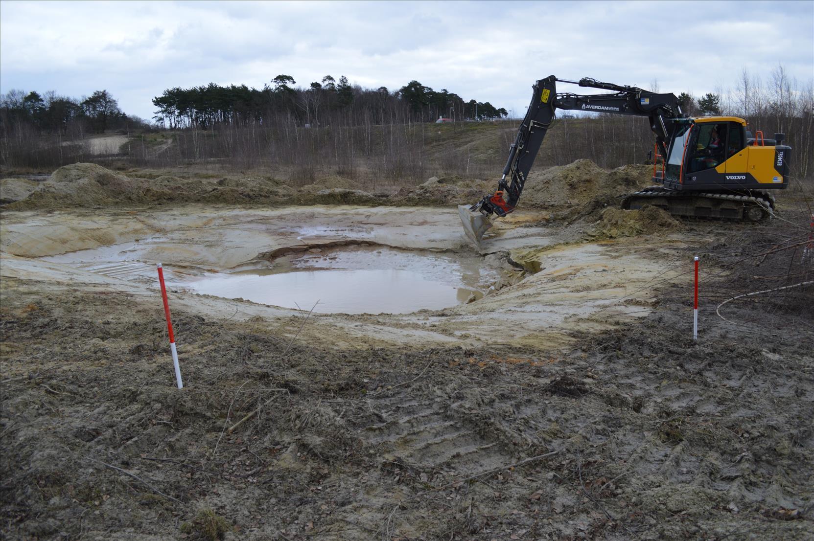 Baggern für neue Kleingewässer - hier im Tonnenmoor
