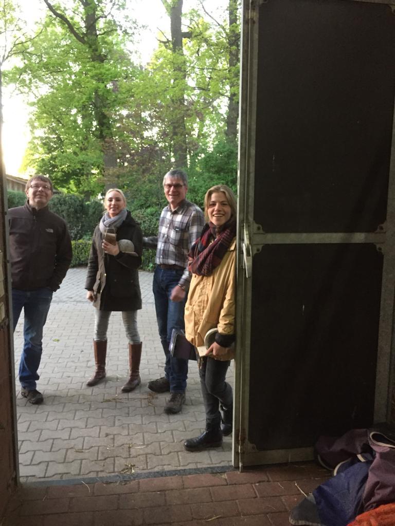 Schwalbenschutz beim Reitstall Wehry, Kroge mit NABU-Aktiven