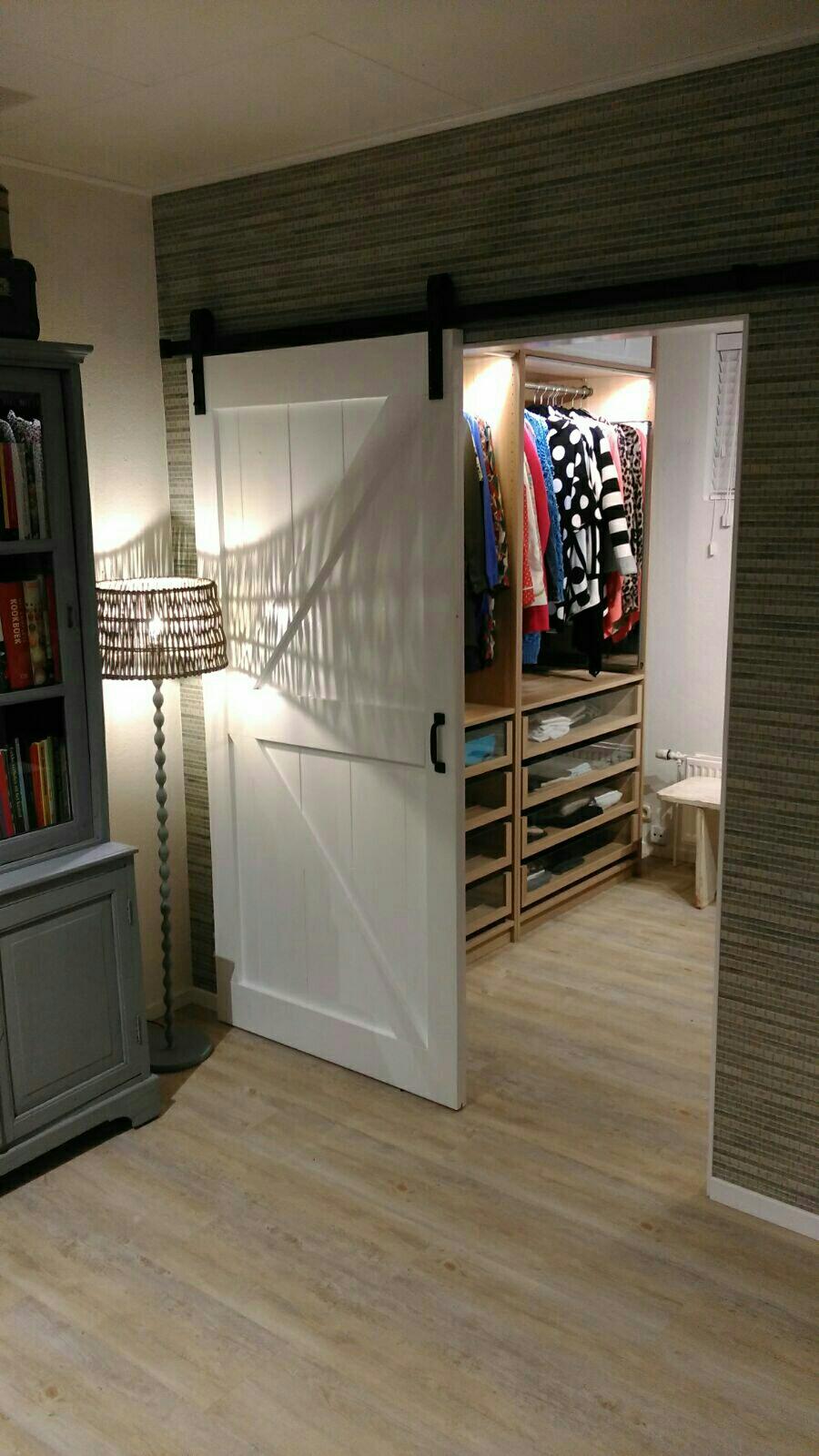 Inloopkast met op maat gemaakte loftdeur