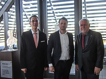Prof. David Matusiewicz (Mitte) zusammen mit Prof. J. Zerth, links und dem Vorstand der Novitas BKK, Reiner Geisler.