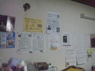 壁には犬猫チラシやポスターを貼っています。